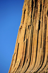 Devils Tower National Monument, Wyoming: detail of the mostly hexagonal columns of phonolite porphyry - the redness of the rocks is due to the oxidization of minerals - photo by M.Torres