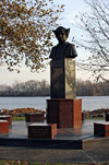 Bristol, Bucks County, Pennsylvania, USA: bust of Christopher Columbus by the Delaware River - photo by N.Chayer