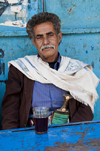 Amran, Yemen: local man at tea shop - Jambiya at the waist - photo by J.Pemberton