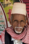 Sana'a / Sanaa, Yemen: portrait of old man in traditional hat and scarf - kofia hat, woven from bamboo - photo by J.Pemberton